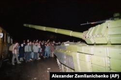 Вильнюстегі литвалықтар телемұнара алдында Совет танкісін бұғаттап тұр. 13 қаңтар 1991 жыл.