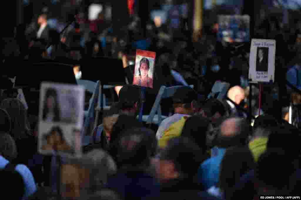 Familjarët e viktimave mbajnë fotografitë e familjarëve dhe miqve që humbën gjatë sulmeve terroriste të 11 shtatorit, të cilat u kryen nga grupi terrorist, Al-Kaida. Nju Jork, 11 shtator 2021.