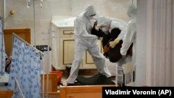 Врачи переносят пациента в одном из дневных стационаров Бишкека. 22 июля 2020 года.
