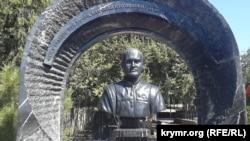 Бюст Віктора Януковича-молодшого – сина колишнього президента України Віктора Януковича, на Братському кладовищі у Севастополі