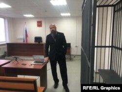 شمونین در سالن دادگاه در سورگوت ، جایی که انتظار می رود هفته آینده در دادگاه وی حکم صادر شود.