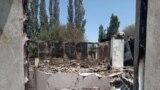 Сгоревший и разрушенный дом в селе Максат на границе с Таджикистаном