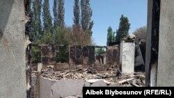 Сгоревший и разрушенный дом в селе Максат на границе с Таджикистаном.