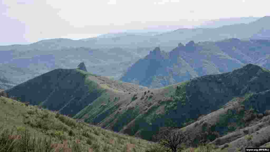 З хребта Орта-Сирт відкривається також краєвид на зубці Хашкі-Кая, що підносяться над селом Межиріччя (до 1945 року – Ай-Серез). Це кінцевий пункт майже 26-кілометрового туристичного маршруту
