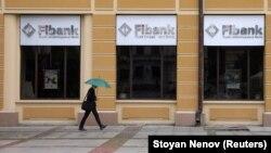 Илустрација: Човек поминува пред банка во Софија
