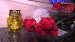 До Французького центру у Харкові люди несуть квіти (відео)