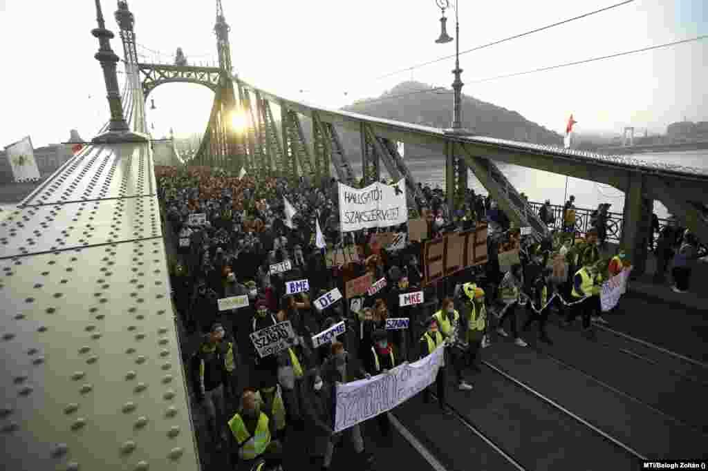 Nyugdíjasok, egyetemisták és leendő hallgatók is képviselték magukat az SZFE október 23-i rendezvényén. A több tízezer fősre becsült tömeg a Szabadság hídon vonult át Pestre, az Urániához.