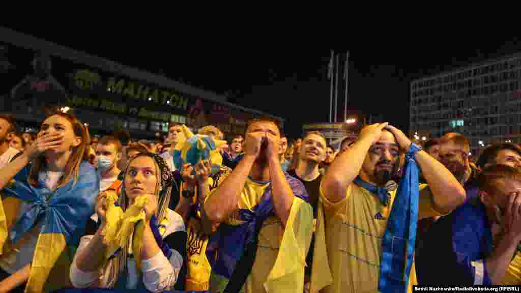 Розпач на очах вболівальників після пропущеного голу у ворота збірної України