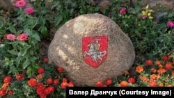 Выява Пагоні на камяні, за якую пакаралі Сяргея Антончыка