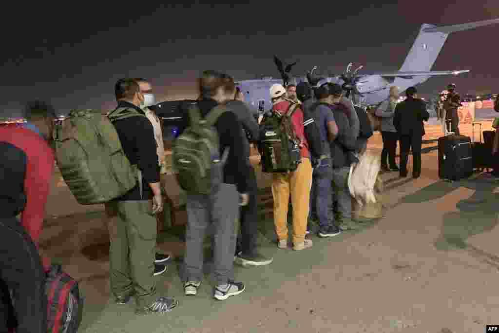 Franciák és afgánok állnak sorban, hogy felszálljanak egy francia katonai gépre Kabulban