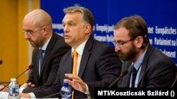 Orbán Viktor (középen) rekorder lett, Szájer József (jobbra) karrierje véget ért. A két politikus itt egy korábbi képen az Európai Parlament plenáris ülésén látható.