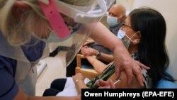 واکسیناسیون در بریتانیا علیه ویروس کرونا