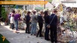 У Дніпропетровську волонтерки плетуть маскувальні сітки для БТРів і шиють куртки-«кікімори»