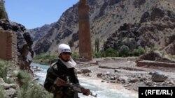 یک عضو گروه طالبان در کنار منار جام در ولایت غور.