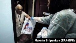 Ընտրատեղամասի պաշտոնյան 90-ամյա թոշակառուին փոխանցում է հանրաքվեին տանից մասնակցելու փաստաթղթերը, Մոսկվա