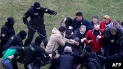 Минскиде жүздөгөн адамдар кармалды. 11-октябрь, 2020-жыл.