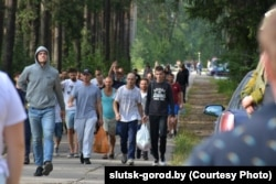 Para pengunjuk rasa dibebaskan dari pusat penahanan dekat Slutsk pada 14 Agustus.