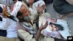 عکسی از یک مراسم ادای احترام مذهبی به بن لادن در کویته پاکستان، در دومین سالمرگ