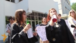 Громадські активісти в суддівських мантіях пили під МВС