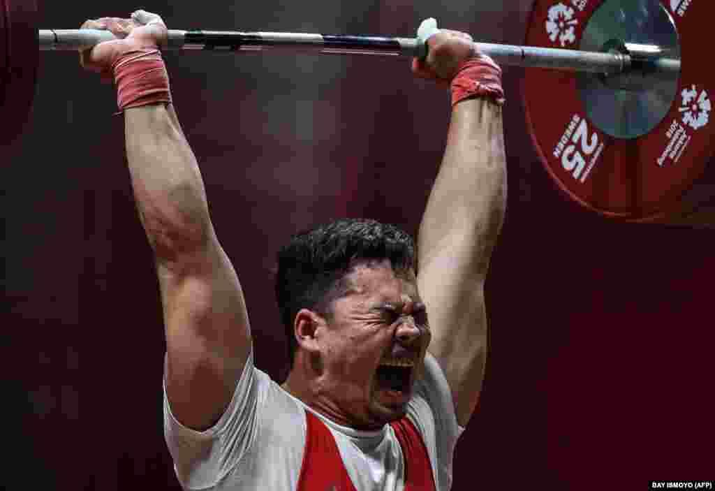 25 жаштагы Бакдөөлөт Расулбеков оор атлетика боюнча Кыргызстандын беш жолку чемпиону. Ал Токио оюндарында 96 килограммга чейинки салмакта күч сынашат.