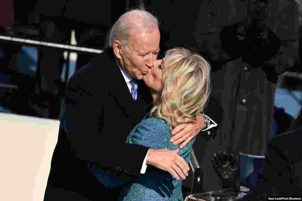 АКШнын 46-президенти катары ант бергенден кийин Жо Байденди жубайы Жилл Байден куттуктап жатат.