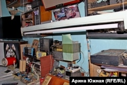 Рабочее место Гришаева: много старой техники и новый телевизор