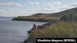 Рыбак на берегу Атомного озера