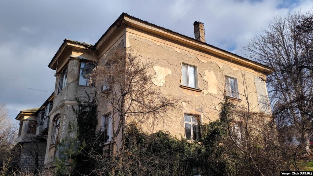 В доме №4 по улице Цыбулько в некоторых квартирах еще живут люди