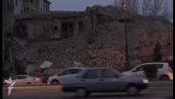 Sökülməkdə olan bina çökdü