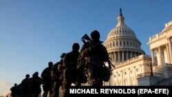 Trupat e Gardës Kombëtare duke ruajtur ndërtesën e Kongresit amerikan.