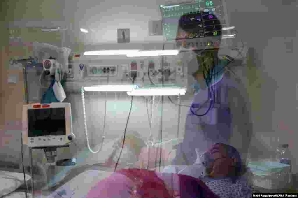 Медсестра из Ирана осматривает пациента с COVID-19 в отделении интенсивной терапии на фоне всплеска заболеваемости коронавирусом в Тегеране