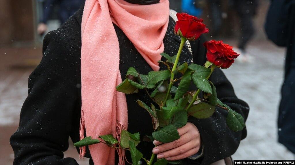 Червоні троянди люблять жінки в хіджабі і без