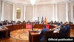 Заедничка седница на владите на Северна Македонија и на Косово. Дел од учесниците не носат маски.