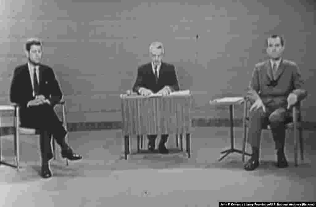 1960 год. Первые теледебаты в истории Соединенных Штатов. Кандидат от демократов Джон Ф. Кеннеди против вице-президента-республиканца Ричарда Никсона, у которого был несколько бледный вид после болезни, однако он все равно отказался от макияжа. Около 70 миллионов зрителей собрались перед экранами. Кеннеди победил на дебатах, а впоследствии стал президентом США