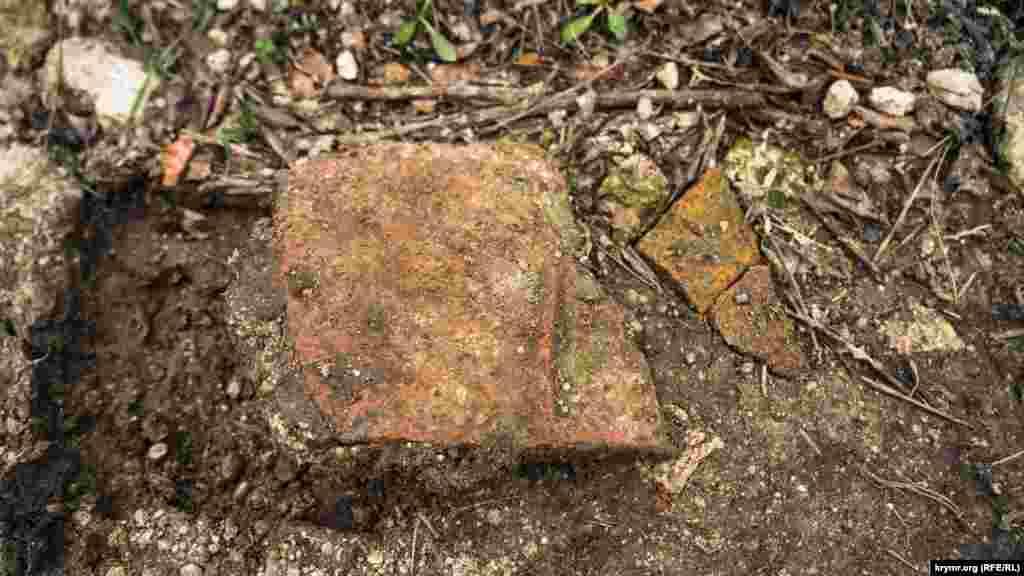 Фрагменты глиняной посуды в отдельных местах проселочной дороги, ведущей к урочищу, попадаются чуть ли не на каждом шагу
