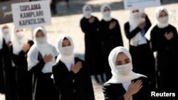 Женщины-уйгурки во время антикитайской акции в Турции. Стамбул, 1 октября 2020 года.