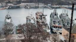 Корабли и подводные лодки Черноморского флота в Южной бухте Севастополя