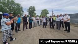 Жергілікті әкім сайлауына тәуелсіз кандидатты тіркеуді талап етіп тұрған сайлаушылар. Ақмола облысы, 19 шілде 2021 жыл.