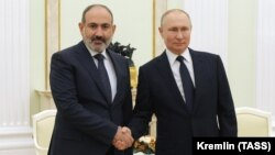 Встреча президента РФ Владимира Путина (справа) спремьер-министром Армении Николом Пашиняном в Кремле, Москва, 7 апреля 2021 г.