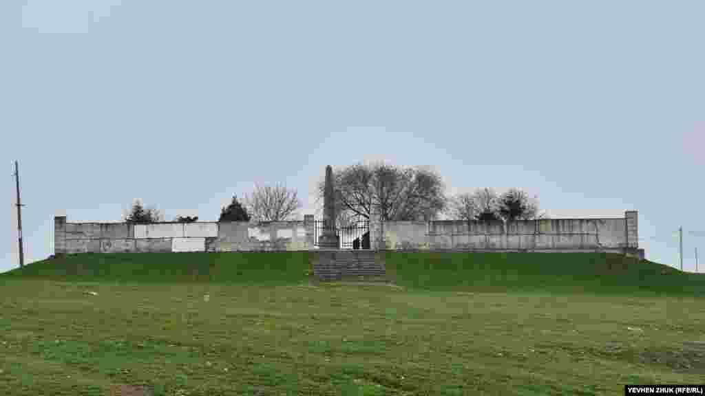 Построенный в начале 1990-х годов на Каткартовом холме в Севастополе Мемориал погибшим в Крымской войне английским воинампродолжает разрушаться