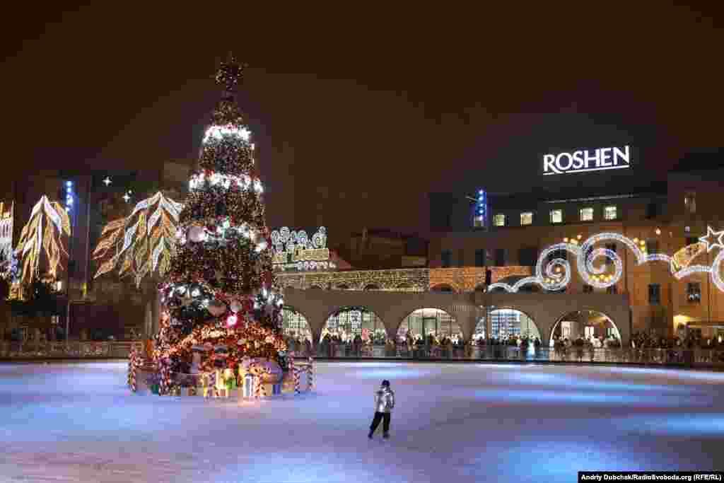 Ковзанка від ROSHEN, площею2 тисячі квадратних метрів, зі святковою ялинкою посередині, вже відкрита для відвідувачів у Киві з 30 листопада 2020 року
