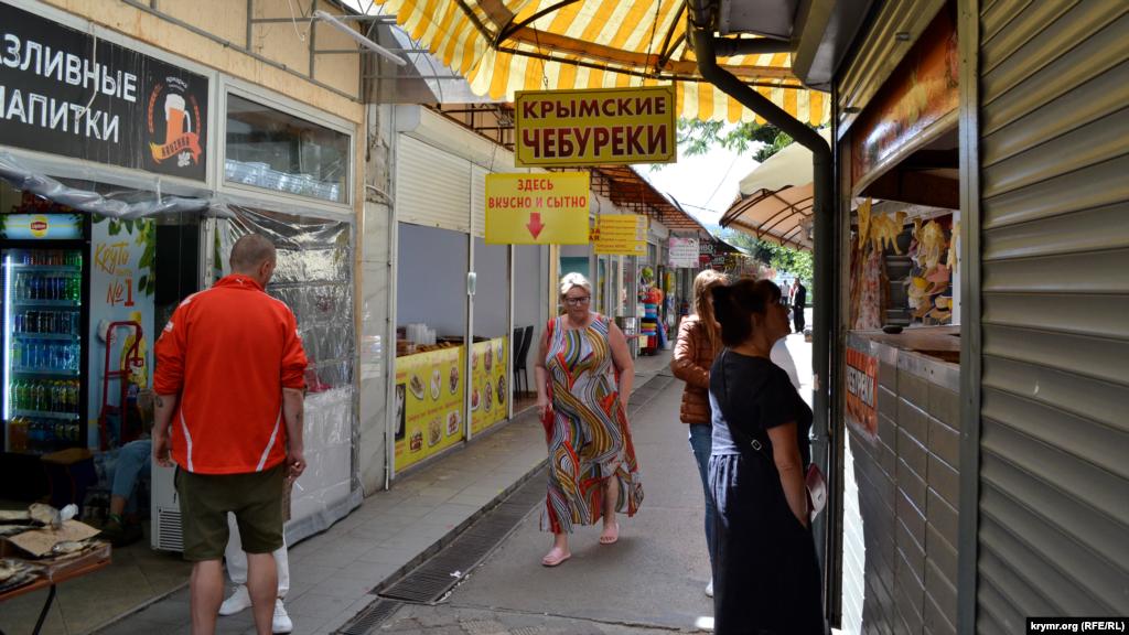 Торговці чебуреками та іншою їжею намагаються не упустити нечисленних курортників