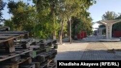 Так Центральный парк Семея, где уже полтора года идет реконструкция, выглядел 29 мая 2021 года.