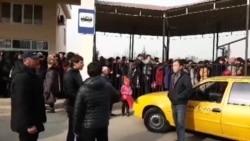 Узбекистанцы стоят на морозе в очереди, чтобы попасть на дешевый казахстанский рынок