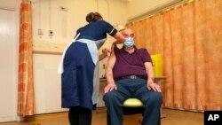 Prvu dozu primio je Brian Pinker (82), pacijent na dijalizi, u bolnici na nekoliko stotina metara od laboratorije u kojoj je napravljena vakcina.
