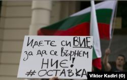Българи в Лондон започнаха да се събират пред българското посолство в британската столица.