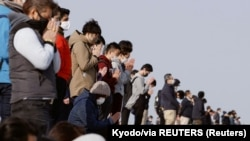 Néma megemlékezés 2021. március 11-én, 14:46-kor Arahamában, a tengerparton. Tíz évvel előtte ekkor tört ki a végzetes földrengés, a mi fukusimai atomkatasztrófához vezetett.