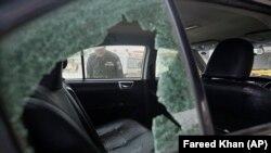 موتر حامل کارگران چینی که در شهر کراچی پاکستان هدف تیراندازی مردان مسلح قرار گرفت. ۶ اسد ۱۴۰۰