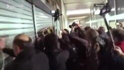 Грчки демонстранти насилно влегоа во Министертсвото за труд