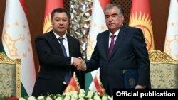 Президент Кыргызстана Садыр Жапаров и глава Таджикистана Эмомали Рахмон во время встречи в Душанбе. 29 июня 2021 г.